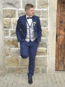 Hochzeitsfoto von Bräutigam vor Kirche
